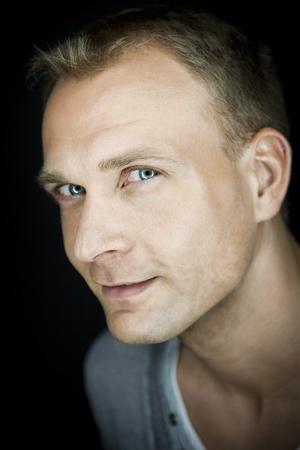 Een portret beeld van een aantrekkelijke man met blauwe ogen