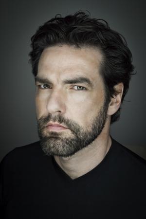 hombre con barba: Una imagen de un hombre guapo con barba
