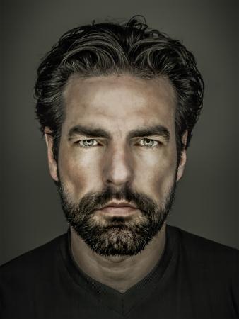 수염을 가진 잘 생긴 남자의 이미지 스톡 콘텐츠