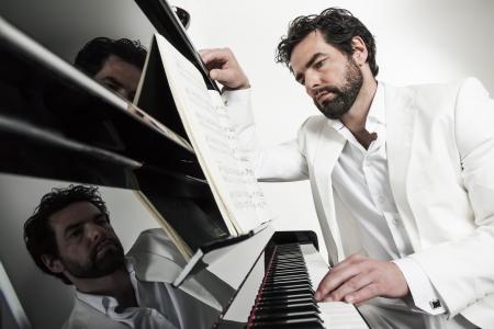 tocando piano: Una imagen de un hombre guapo tocar el piano