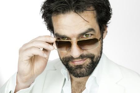 hombre con barba: Un apuesto hombre con barba y gafas de sol Foto de archivo
