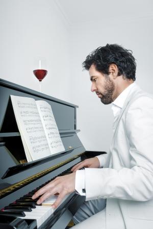 pianista: Una imagen de un hombre guapo tocar el piano