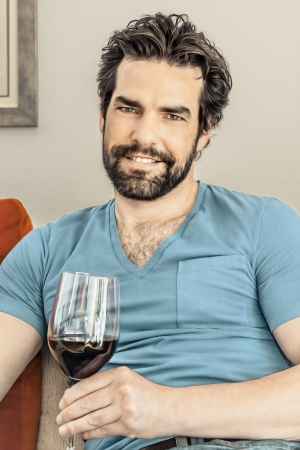 hombre con barba: Una imagen de un hombre guapo, con una copa de vino