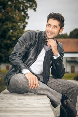chaqueta de cuero: Una imagen de un hombre hermoso al aire libre