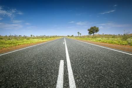 L'immagine di una strada nel deserto australiano