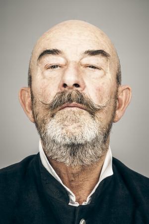Een oude man met een grijze baard