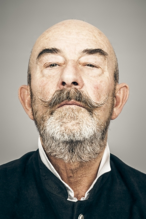adult profile: Un anciano con una barba gris