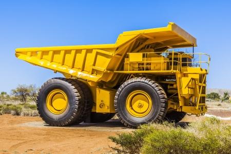 camion volteo: Una imagen de un transportador grande, amarillo