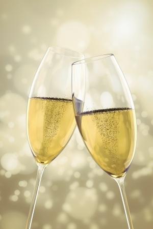 brindis champan: Una imagen de dos vasos de champ?n en la luz de fondo bokeh Foto de archivo