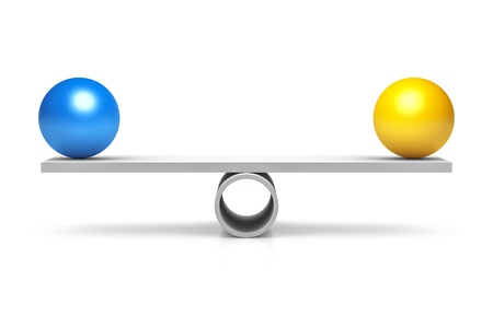 balanza en equilibrio: Una bola azul y amarillo en un equilibrio Foto de archivo