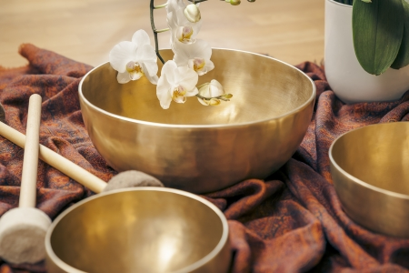 An image of some singing bowls and a white orchid Zdjęcie Seryjne - 21738607
