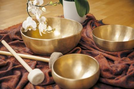 L'immagine di alcune campane tibetane e una orchidea bianca Archivio Fotografico - 21738608