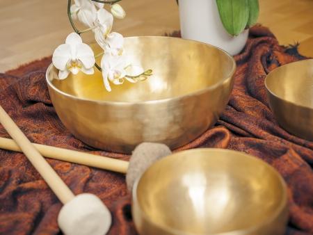 musicoterapia: L'immagine di alcune campane tibetane e una orchidea bianca