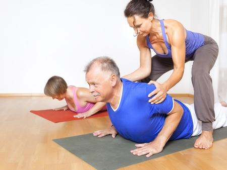 pilate: Une image de certaines personnes qui font des exercices de yoga