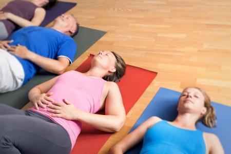 L'immagine di alcune persone che fanno esercizi di yoga Archivio Fotografico - 24733113