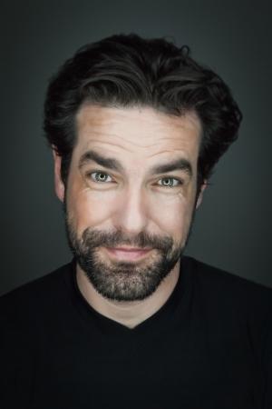 L'immagine di un uomo sorridente bello con la barba Archivio Fotografico - 25088421