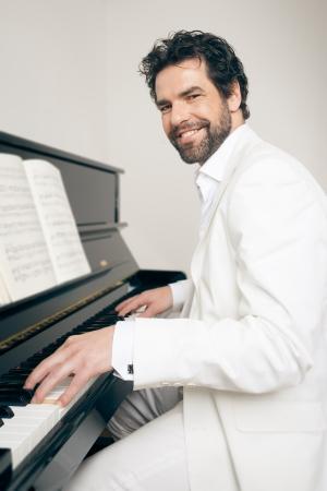 Una imagen de un hombre guapo tocar el piano