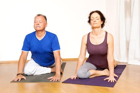 hombres maduros: Una imagen de algunas personas que hacen ejercicios de yoga