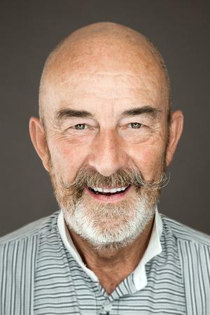 灰色のひげを持つ老人