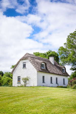 quaint: An image of a thatched house in Ireland Stock Photo