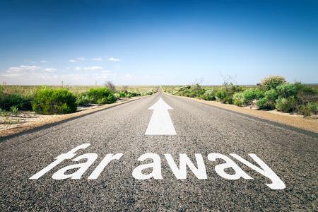 lejos: Una imagen de un camino hacia el horizonte con el texto muy lejos Foto de archivo
