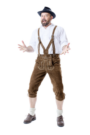 Een traditionele Beierse man geïsoleerd op een witte achtergrond presenteren iets