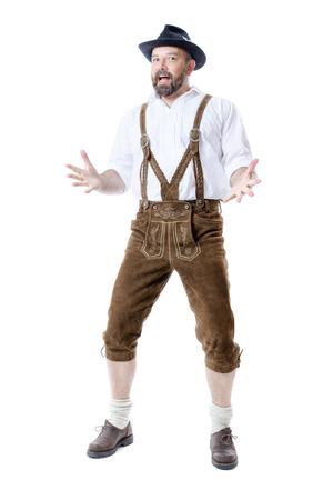 Un uomo tradizionale bavarese isolato su uno sfondo bianco che presenta qualcosa Archivio Fotografico - 31451540