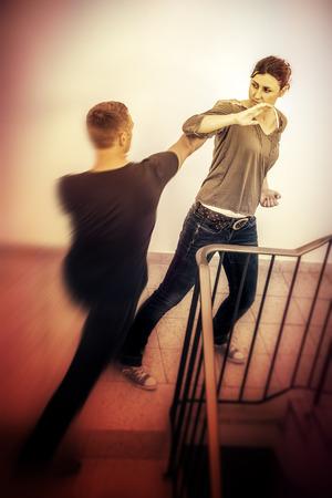 Een beeld van een vrouw die wordt aangevallen door een man