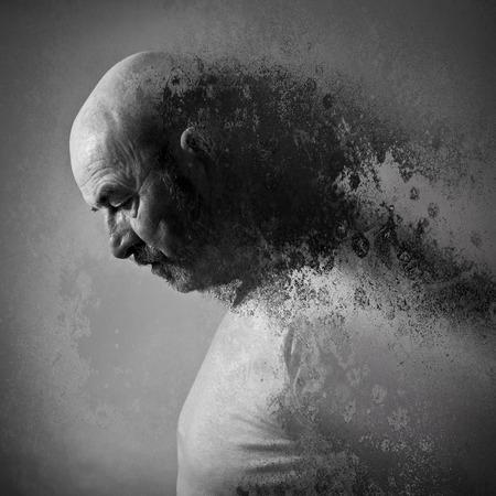 hombre viejo: Un anciano con barba gris en el dolor
