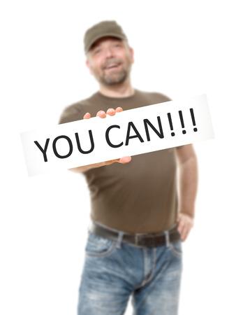 you can: Un hombre con barba y una pizarra blanca y el mensaje que puede