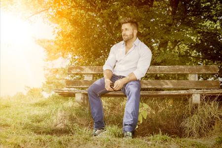 relajado: Una imagen de un hombre que tiene un resto
