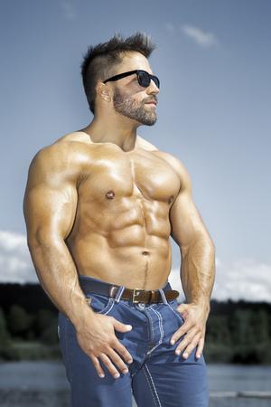 Une image d'un beau jeune homme musclé de sport
