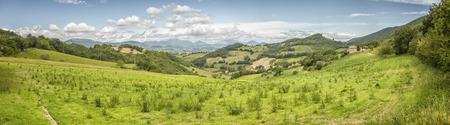 lejos: Una imagen de un paisaje de Italia Las Marcas