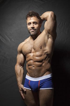 musculoso: Una imagen de un hombre musculoso con barba