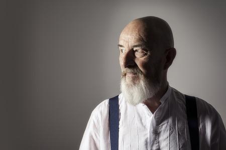 Un'immagine di un vecchio con la barba un ritratto