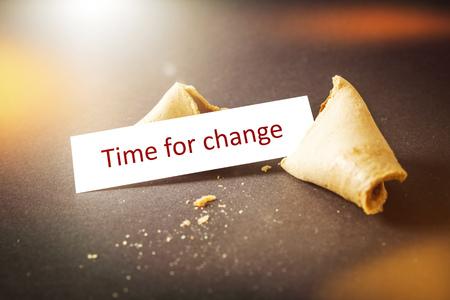 bonne aventure: Une image d'un biscuit de fortune avec le temps de message pour le changement Banque d'images