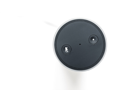 An image of a smart home device with voice assistant 版權商用圖片 - 73392514