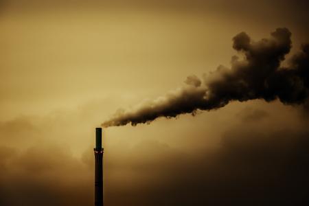 Een afbeelding van een industriële luchtvervuiling rook schoorsteen Stockfoto