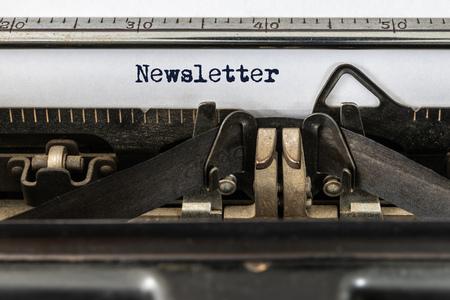 Une machine à écrire vintage avec le mot newsletter Banque d'images