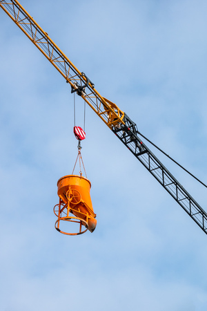 An image of a construction crane lifting concrete Stockfoto