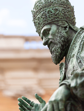 An image of a statue of Pope Sixtus V in front of the Basilica della Santa Casa in Italy Marche 免版税图像