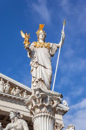 Una imagen de la estatua de Atenea frente al Parlamento en Viena, Austria Foto de archivo