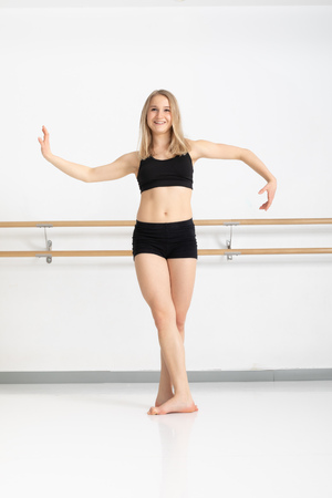 Ein Bild einer Tänzerin in Aktion Standard-Bild