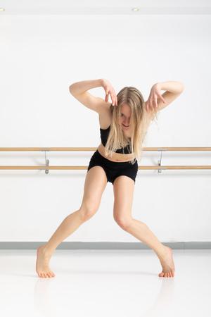 An image of a female dancer in action Reklamní fotografie - 121062094