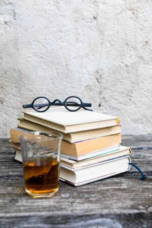 An image of some books and reading glasses background 版權商用圖片 - 129325227