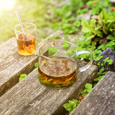 Un tè alla verbena su vecchie assi di legno Archivio Fotografico