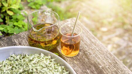 Un tè alla verbena su vecchie assi di legno