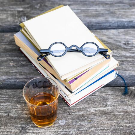 An image of some books and reading glasses background 版權商用圖片 - 129325402