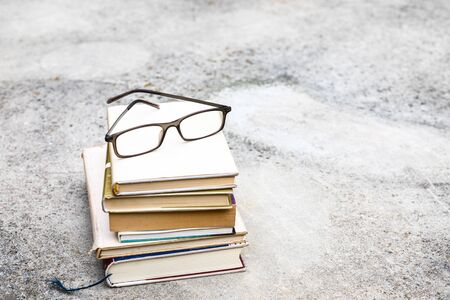 An image of some books and reading glasses background 版權商用圖片 - 129325407