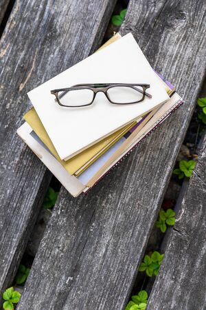 An image of some books and reading glasses background 版權商用圖片 - 129325423